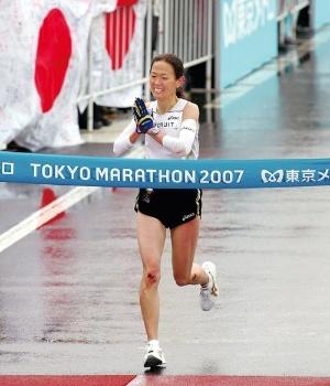 <b>競技生活最後のレースとなった2007年の東京マラソンでゴールテープを切る有森裕子氏</b>(写真:代表撮影/AP/アフロ)