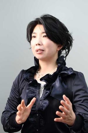 <b>吉本桂子(よしもと・けいこ)</b><br /> ロイヤルブルーティージャパン社長。神奈川県藤沢市で生まれる。共立女子大学卒業後、グラフィックデザイナーとして活動。2006年5月、神奈川県藤沢市でティーサロン「茶聞香」を主宰する佐藤節男とともに、ロイヤルブルーティージャパンを創業。非加熱除菌による独自の茶抽出法を確立し水出し茶のボトリングに成功する。天皇皇后両陛下がご臨席された2010年5月の第61回全国植樹祭レセプションで採用、外務省の要請により2013年4月のアウン・サン・スー・チー氏の晩餐会にて乾杯利用拝命。13年6月、DBJ女性起業大賞(日本政策投資銀行主催)受賞。