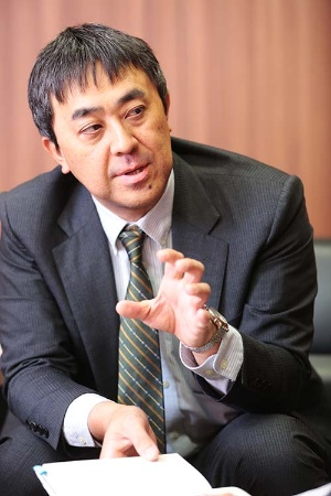<b>鷲田祐一(わしだ・ゆういち)</b><br /> 1968年生まれ。91年、一橋大学商学部卒業後、博報堂に入社。生活総合研究所、イノベーション・ラボで消費者研究、技術普及研究に従事。2008年、東京大学大学院総合文化研究科博士後期過程を修了 (学術博士)。2011年、一橋大学大学院商学研究科准教授、2015年、同教授。ミクロ視点での普及学、グローバルマーケティング、ユーザーイノベーション論、未来洞察手法、デザインとイノベーションの関係などを研究している。