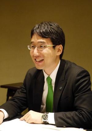 <b>出雲 充(いずも みつる)</b></br> 株式会社ユーグレナ 代表取締役社長</br>1980年、広島県生まれ。東京大学に入学した1998年、バングラデシュを訪れ深刻な貧困に衝撃を受ける。2002年、東京大学農学部農業構造経営学専修卒業。同年、東京三菱銀行に入行。2005年、株式会社ユーグレナを設立し、東大発バイオベンチャーとして注目を集める。同年、世界初のミドリムシ屋外大量培養に成功。ミドリムシ食品を事業化し、化粧品やバイオ燃料など幅広い分野での展開を目指す。2012年、世界経済フォーラム(ダボス会議)で「ヤング・グローバル・リーダー」に選出される。著書に『東大に入るということ 東大を出るということ』(共著、プレジデント社)、『僕はミドリムシで世界を救うことに決めました。 東大発バイオベンチャー「ユーグレナ」のとてつもない挑戦』(ダイヤモンド社)。