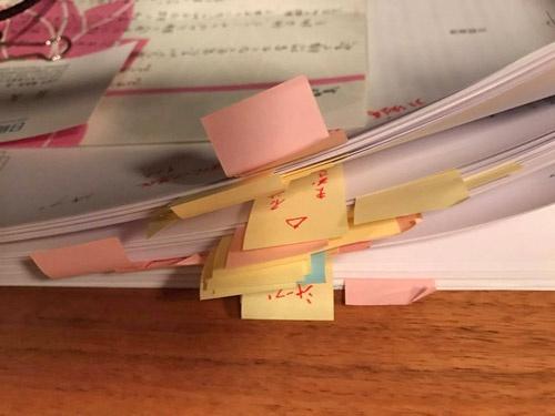 西岡さんのシャープ時代の上司、辻晴雄元社長が付箋をたっぷり貼った校正紙。これを見た瞬間、西岡さんは「これはあかん! 出版できない!」と思い、ダメかと尋ねたところ、辻さんの答えは「おもろいわ。この本、良くできてる」とのこと。ただし、一箇所だけ修正の提案があった。