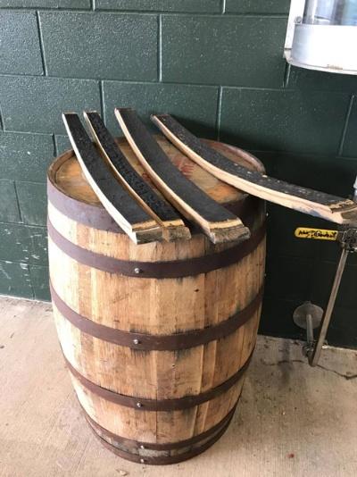内側を焼いたホワイトオークの新樽で熟成させます