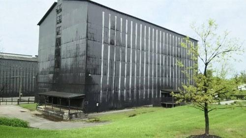 大規模な施設で日々、ジムビームが作られている