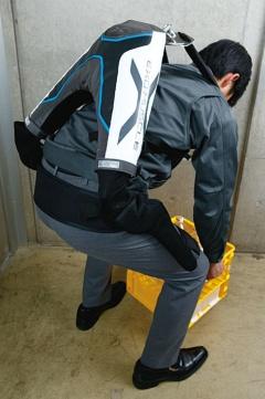 <b>イノフィスの製品は背面の2カ所に人工筋肉を内蔵する</b>(写真=竹井 俊晴)
