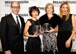 <b>2015年のブレークスルー賞(生命科学部門)を受賞したジェニファー・ダウドナ氏(右から2人目)とエマニュエル・シャルパンティエ氏(右から3番目)。右端のキャメロン・ディアスさんに劣らぬ美人であることも話題に</b>(写真=Kimberly White/Getty Images)