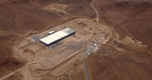 <b>テスラやパナソニックが米ネバダ州で建設中の「ギガファクトリー」。大規模生産でリチウムイオン電池の製造コストを大幅に引き下げる。バッテリーセルの生産は2016年末までに開始する</b>(写真提供=テスラ・モーターズ)