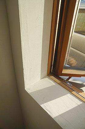 サッシ枠の内側の上端まで室内側の断熱材を回すことで、開口部の弱点となる枠からの熱損失を抑えた。窓ガラスはトリプルガラス