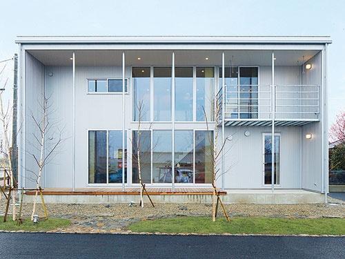 無印良品の家の主力商品「木の家」のモデルハウス。箱型の建物に深さ1.8mのひさしと、南向きの大きな窓を配置してある。写真は間口10.92m(6間)、ひさしを含む奥行きが7.28m(4間)の一例。標準タイプの本体工事価格は2042万円(税込み)(写真提供=MUJI HOUSE)