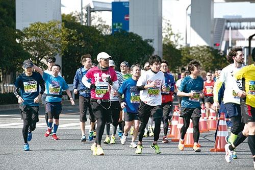 <b>2月28日開催の東京マラソンでは、上空に不審なドローンがいないか見守った</b>(写真=的野 弘路)