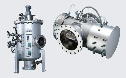 <b>円筒状のフィルターユニット(左)。バラスト水が通る配管に設置し、内部のランプから殺滅効果のあるUVを照射する装置(右)。いずれも三浦工業製</b>
