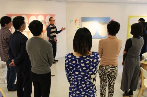 EGAKUプログラムの様子。奥で説明しているのが考案者の谷澤邦彦氏。ホワイトシップのファウンダー&ディレクターでもある。