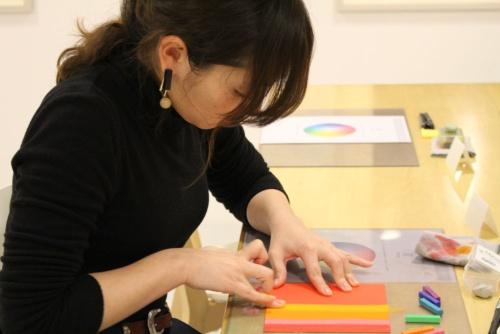 パステルを使って作品を描く。砕くと粉状になるパステルを採用、指で紙の上の粉を伸ばして表現することもできる。