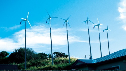 <b>自然風力発電(仙台市)が設置したスペイン・エネラ製の小型風力発電。6基並べて設置し、総発電量を高めている</b>