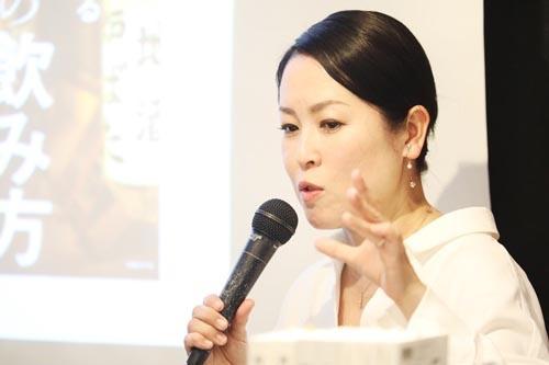 """<span class=""""fontBold"""">葉石かおり(はいし・かおり)</span><br />1966年東京都練馬区生まれ。日本大学文理学部独文学科卒業。ラジオレポーター、女性週刊誌の記者を経てエッセイスト・酒ジャーナリストに。全国の日本酒蔵、本格焼酎・泡盛蔵を巡り、各メディアにコラム、コメントを寄せる。2015年に一般社団法人ジャパン・サケ・アソシエーションを設立。"""