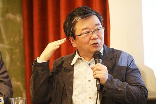 """<span class=""""fontBold"""">小田嶋隆(おだじま・たかし)</span><br /> 1956年生まれ。東京・赤羽出身。早稲田大学卒業後、食品メーカーに入社。1年ほどで退社後、小学校事務員見習い、ラジオ局ADなどを経てテクニカルライターとなり、現在はひきこもり系コラムニストとして活躍中。(写真:鈴木愛子、以下同)"""