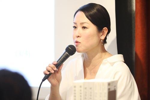 """<span class=""""fontBold"""">葉石かおり(はいし・かおり)</span><br /> 1966年東京都練馬区生まれ。日本大学文理学部独文学科卒業。ラジオレポーター、女性週刊誌の記者を経てエッセイスト・酒ジャーナリストに。全国の日本酒蔵、本格焼酎・泡盛蔵を巡り、各メディアにコラム、コメントを寄せる。2015年に一般社団法人ジャパン・サケ・アソシエーションを設立。"""