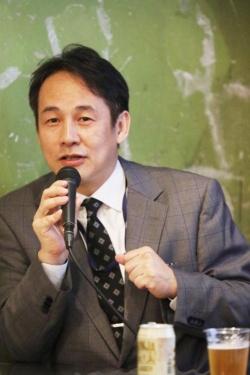 """<span class=""""fontBold"""">浅部伸一(あさべ・しんいち)</span><br /> 1990年、東京大学医学部卒業後、東京大学医学部附属病院、虎の門病院消化器科等に勤務。国立がん研究センターなどを経て、アメリカ・サンディエゴのスクリプス研究所に留学。帰国後、2010年より自治医科大学附属さいたま医療センター消化器内科に勤務。現在はアッヴィ合同会社所属。専門は肝臓病学、ウイルス学。好きな飲料は、ワイン、日本酒、ビール。"""