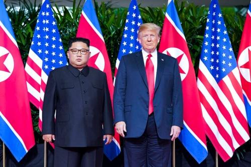 米朝首脳会談でのトランプ大統領(右)と金委員長(写真/The New York Times/Redux/アフロ)