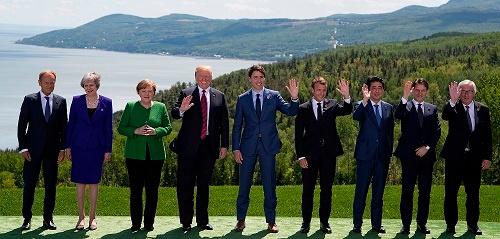 カナダで開催されたG7サミット。左から、EUのトゥスク大統領、イギリスのメイ首相、ドイツのメルケル首相、アメリカのトランプ大統領、カナダのトルドー首相、フランスのマクロン大統領、安倍晋三首相、イタリアのコンテ首相、ユンケル欧州委員長(写真:代表撮影/AFP/アフロ)