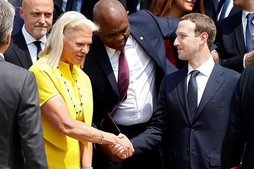 仏エリゼ宮で開催されたハイテク関連会合で握手を交わすフェイスブックのマーク・ザッカーバーグ氏(右)と IBMのバージニア・ロメッティ氏(写真:代表撮影/ロイター/アフロ)