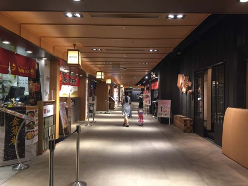 閑散としているJapan Food Town。平日夜7時に撮影したにも関わらず、約半数のお店に客はいなかった。