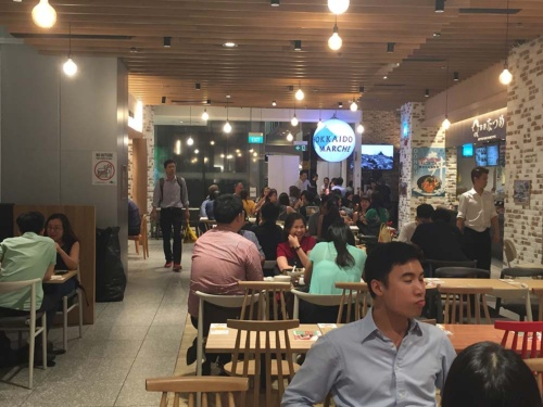 ドン・キホーテが運営するDon Don Donkiの隣にある日本食フードコートの北海道マルシェ。平日午後8時撮影。ドンキからの客が流れていること、フードコートの形式をとって価格を抑えていることから他の日本食街よりはうまくいっている。