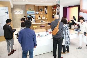 東京・銀座の「IQOSストア銀座」には、アクセサリーなどを求めて多くの喫煙者が足を運ぶ(写真=陶山 勉)