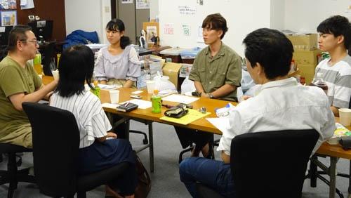 写真奥左から、福西さん、上原さん、浪山さん、手前右から、オバタカズユキ氏、小暮さん、徳永さん