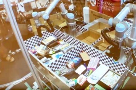 Nangyangチーム、競技開始とともにロボットを使って大きく広げられた開閉式・チェッカーボード付きの箱