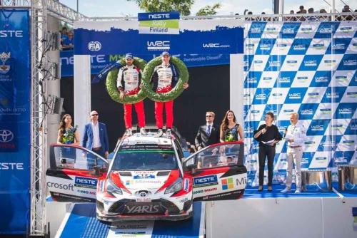 WRC第9戦、ラリー・フィンランドで見事に初優勝を遂げたドライバーのエサペッカ・ラッピ選手とコ・ドライバーのヤンネ・フェルム選手(写真:トヨタ自動車)