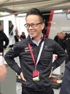 友山茂樹トヨタ自動車専務役員 1981年入社。1991年に現社長の豊田章男氏(当時係長)と出会い、ディーラーへのトヨタ生産方式の導入や、1998年のGAZOO.comの立ち上げなど多くの仕事を共にする。その後、海外勤務などを経て2007年に豊田氏(当時副社長)とGAZOO Racingを立ち上げ、ニュル24時間レースへの挑戦を始める。2015年に専務役員に就任。現在はGAZOO Racingカンパニーのプレジデントをはじめ、事業開発本部(本部長)、渉外・広報本部、情報システム本部(本部長)コネクティッドカンパニーのプレジデント、Chief Information Security Officerなどを兼務する(写真:藤野太一)