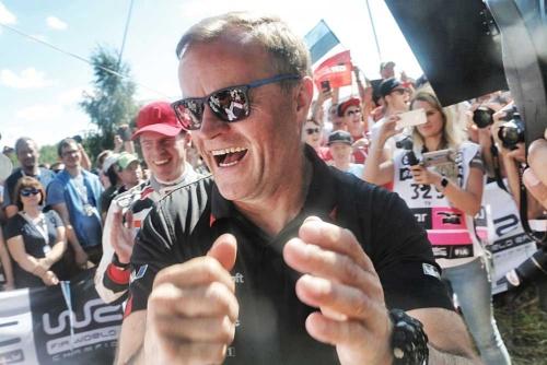 母国での優勝に大歓喜のトミ・マキネン。彼は1996年から1999年まで、三菱ランサーエボリューションでWRC4連覇を成し遂げた伝説のドライバーで、日本でもその名を冠したモデルが発売されていた。2002~03年はスバルへ移籍し、インプレッサをドライブ。現役引退後は地元フィンランドでトミ・マキネン レーシング(TMR)を経営。今シーズンよりトヨタのWRCチームの代表を務める(写真:トヨタ自動車)
