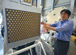 京大の篠原教授が研究するマイクロ波方式のワイヤレス給電技術は、送電アンテナ(手前)と受電アンテナ(奥の八角形部品)でエネルギーを伝える