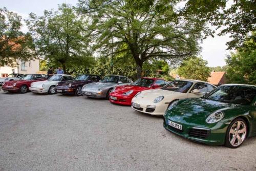 今回のイベントで試乗用に用意されたポルシェ・ミュージアムが所有する歴代911。<br />一番奥が初代(ワインレッド)。次にGシリーズ(2代目、白)、タイプ964(3代目、紫)、タイプ993(4代目、シルバー)、タイプ996(5代目、赤)、タイプ997(6代目、ベージュ)、手前が100万台目の現行型(991、グリーン)