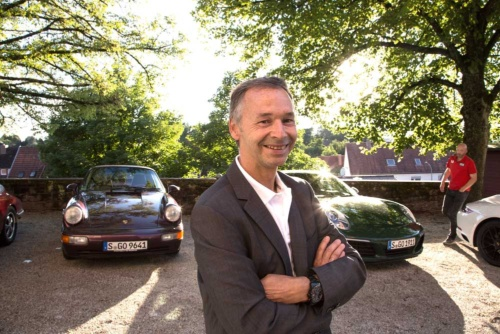 "<b>ヴァイザッハ研究開発センター 911、718モデルライン担当副社長<br /> アウグスト・アッハライトナー氏</b><br /> Vice President model line 911 and 718 The Legend:<br /> Porsche Development Center Weissach<br /> August Achleitner<br /> 1983年ポルシェAGに入社。当初はシャシーデザインに携わり、993のリアアクスルの研究開発に従事。996のフェイスリフト時に、911のすべてを統括する開発ディレクターに就任。現在は718(ボクスター/ケイマン)も含めて担当する。ポルシェ社内では""ミスター911""と呼ばれる人物"