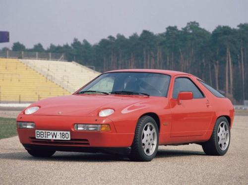 1978年、ポルシェは911に代わるフラッグシップモデルとして、928の生産を開始する。これはV8エンジンをフロントに搭載した4人乗りスポーツカーで、1995年まで生産された