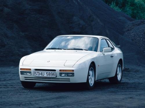 944は1983年~1991年まで製造された4座のFRスポーツカー。弟分の924と共に、日産・フェアレディZやマツダ・RX-7の模範となったモデルと言われる。91年に後継の968が登場し95年まで生産されたが、現在のポルシェのラインナップには後継にあたるFRスポーツカーはない