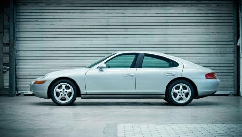 """当初は""""4ドアのファミリースポーツカー""""というコンセプトのもと、V8エンジンを搭載したFRセダンとして開発された、ポルシェ989。まさに""""4ドア996""""というスタイルであることがわかる"""