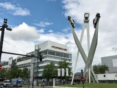 ドイツ・シュトゥットガルトにあるポルシェ本社前には、911の巨大オブジェが飾られていた(写真:藤野 以下、特記なき写真はポルシェAG提供)