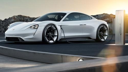 ポルシェ初のEV「ミッションE」のコンセプトモデル。市販型は9月12日に開幕するフランクフルトモーターショーでお披露目される予定