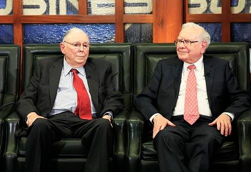バークシャー・ハザウェイ会長兼CEOのウォーレン・バフェット(右)と、副会長のチャーリー・マンガー(左)。(写真:AP/アフロ)