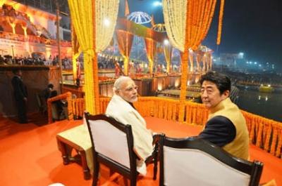 2015年12月の訪印時には、デリーでの首脳会談の後、モディ首相は安倍首相をヴァラーナシ(ベナレス)に招待した。ヴァラーナシはヒンドゥー教の最高の聖地である。(写真:インド首相府提供)