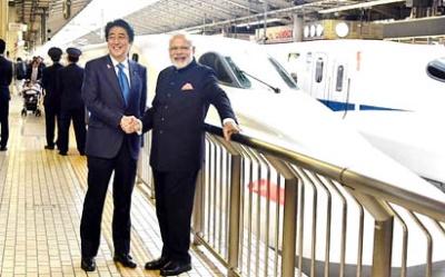 2016年11月にモディ首相が来日したときには、安倍首相が新幹線に同乗し、神戸の川崎重工の新幹線車両工場に案内した。東京駅にて。(写真:インド首相府提供)