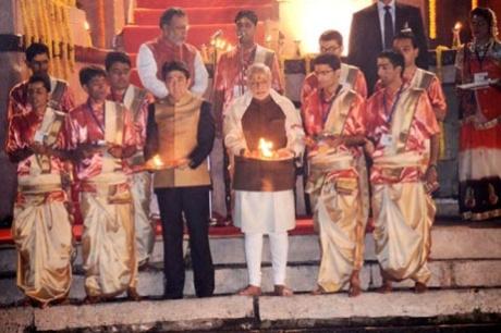2015年の訪印時に、ヴァラーナシのガンジス河畔で火を焚いて祈る安倍首相とモディ首相。(写真:インド首相府提供)