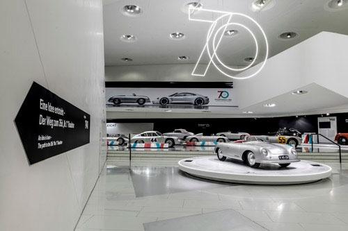 """ポルシェミュージアムではスポーツカー生誕70周年を記念し、「356""""No.1""""ロードスター」が展示されている"""
