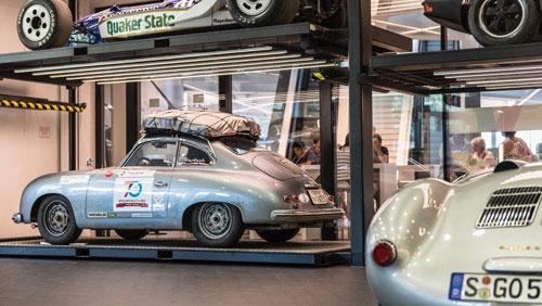 ポルシェミュージアム内にあるガレージで、展示への準備を進める鈴木さんの356