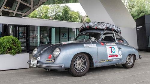 """ポルシェ社は当時ドイツ・シュトゥットガルトから戦火を逃れてオーストリアのグミュントに疎開しており、そこで356の試作1号車が誕生した。鈴木さんのクルマは1950~1955年にかけて生産された、のちのA型になる以前という意味で""""プリA""""と呼ばれる希少車"""