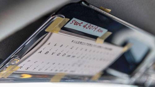 GPSナビやタブレットはいまは必須アイテム。サンバイザー裏のキリル文字の対照表