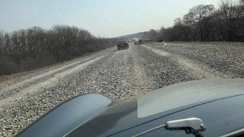 荒涼としたロシアの地。時には未舗装路も(鈴木利行さん撮影)