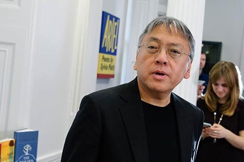 今年のノーベル文学賞の受賞が決まり、10月5日当日、記者会見で話すカズオ・イシグロ(写真:ZUMA Press/アフロ)